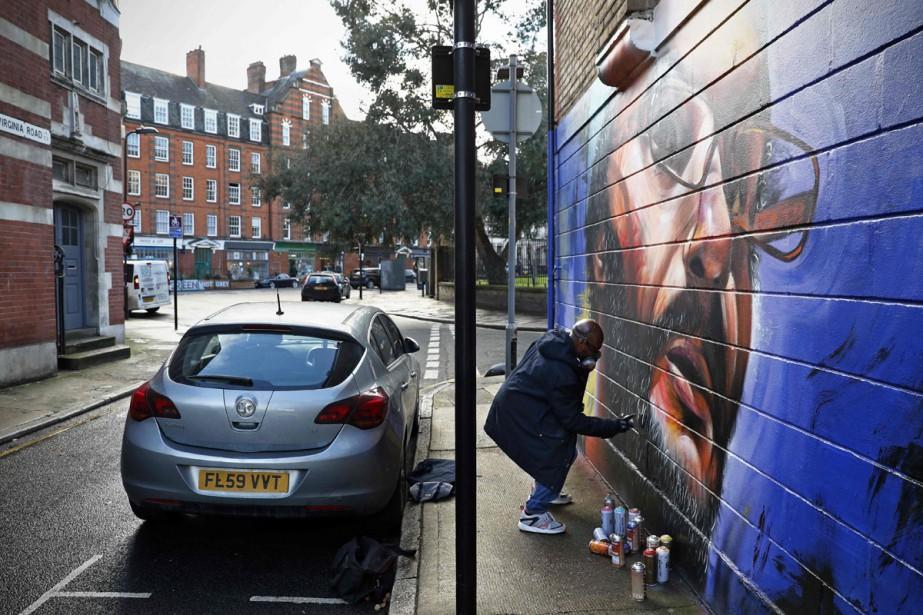 Bombe de peinture à la main, Neequaye Dreph... (Photo AFP)