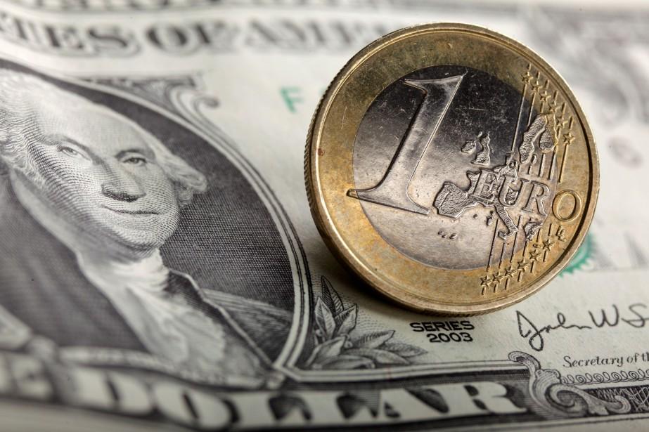Un dollar américain et un euro.... (Photo Kacper Pempel, archives REUTERS)