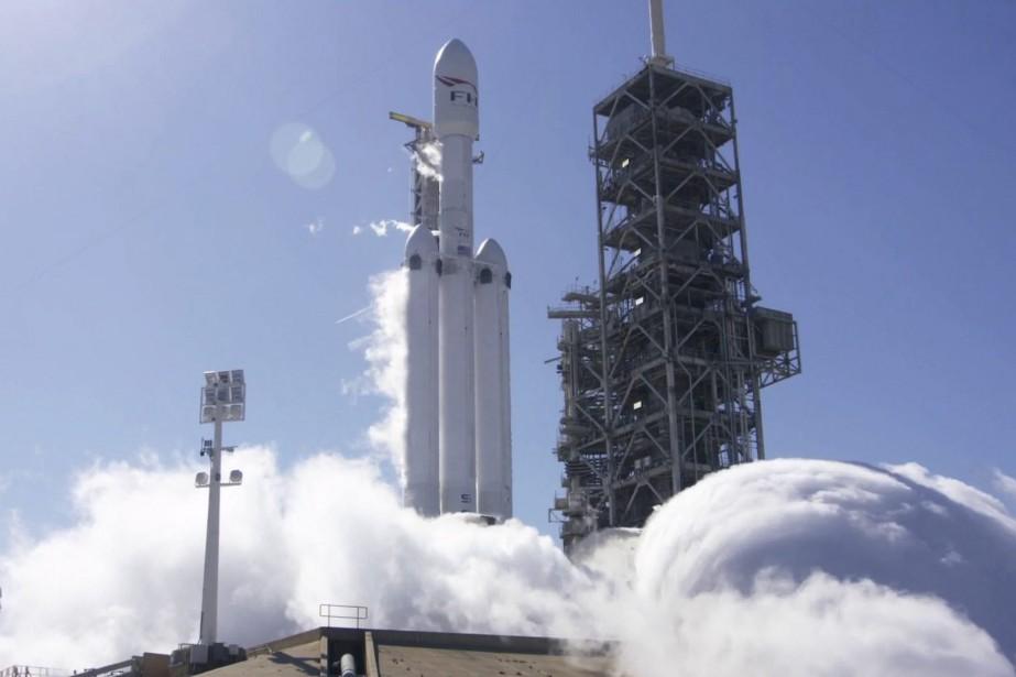 Le lanceur, doté de 27 moteurs produisant davantage... (PHOTO FOURNIE PAR SPACEX)