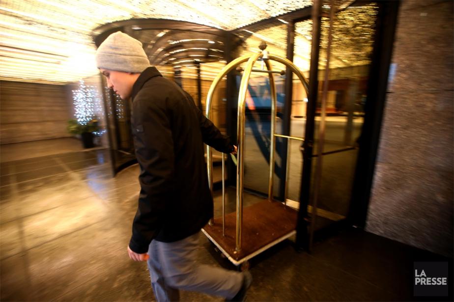 Un bagagiste de l'hôtel Fairmont Le Reine Élizabeth... (Photo Martin Chamberland, La Presse)