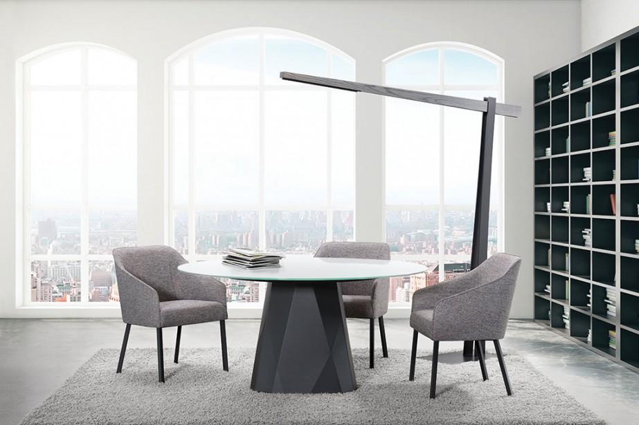 La table Diamond, de Trica, peut fort bien avoir une base en acier de couleur noir charbon et un plateau en verre, de forme ronde. Son allure est alors complètement différente. (PHOTOMONTAGE FOURNI PAR TRICA)