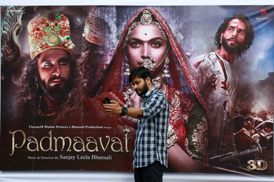Un cinéphile devant l'affiche du film Padmaavat à... (PHOTO REUTERS)