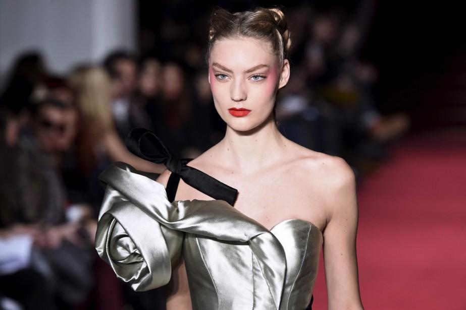 Le noeud, emblème du couturier Alexis Mabille, ponctue... (Photo AFP)