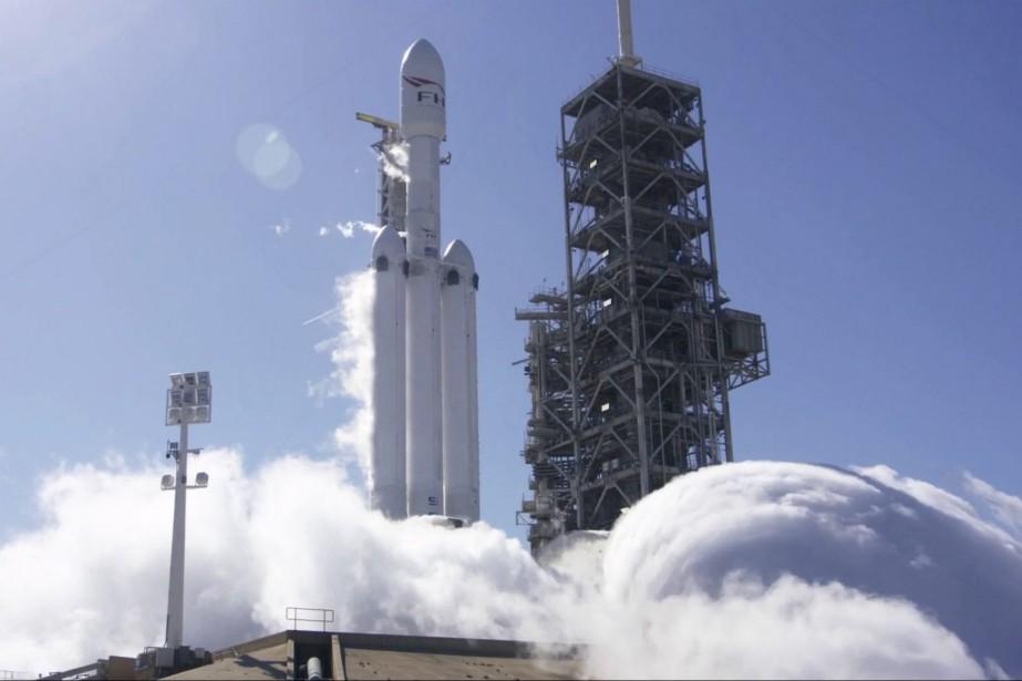 SpaceX a fait un test d'allumage au sol mercredi au Cap Canaveral, en Floride. Les 27 moteurs des trois fusées constituant la lanceur Falcon Heavy ont été testées avec succès. Le premier vol de Falcon Heavy pourrait avoir lieu d'ici une semaine. (photo : spacex via AP)