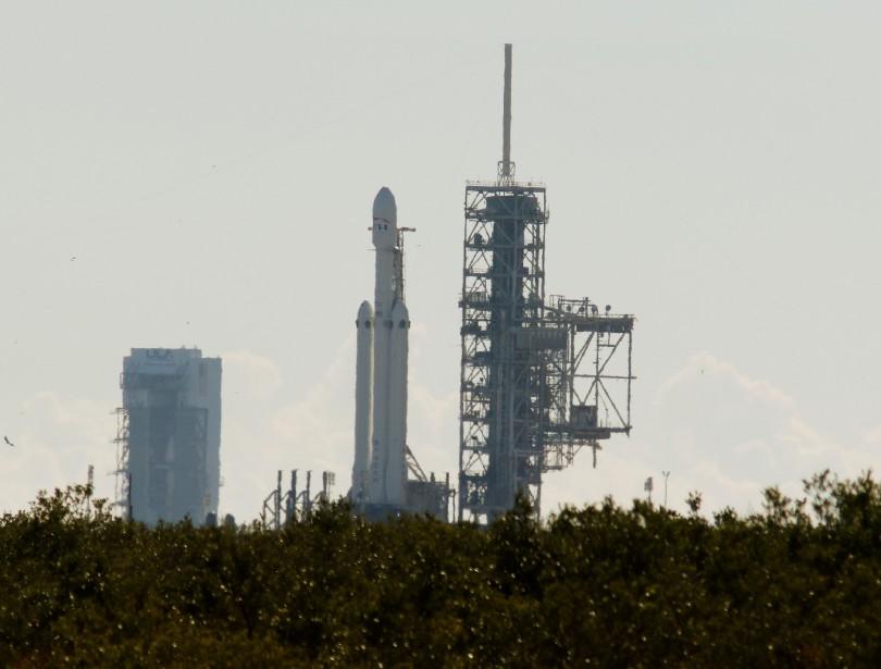 Le lanceur Falcon Heavy, planté dans l'aire de lancement 39A du Centre spatial Kennedy avant le test d'allumage au sol, mercredi. (REUTERS)