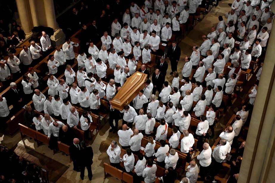 Des chefs portent le cercueil de Paul Bocuse... (PHOTO PHILIPPE DESMAZES, REUTERS)