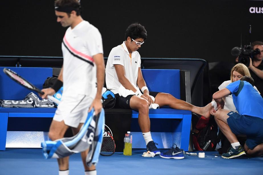 L'adversaire de Roger Federer (à gauche), le Sud-Coréen... (Photo William West, AFP)