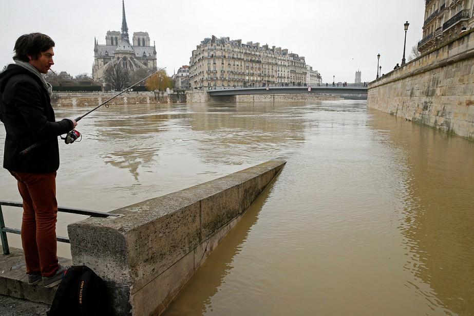 Un homme pêche dans le fleuve traversant la... (PHOTO PASCAL ROSSIGNOL, REUTERS)