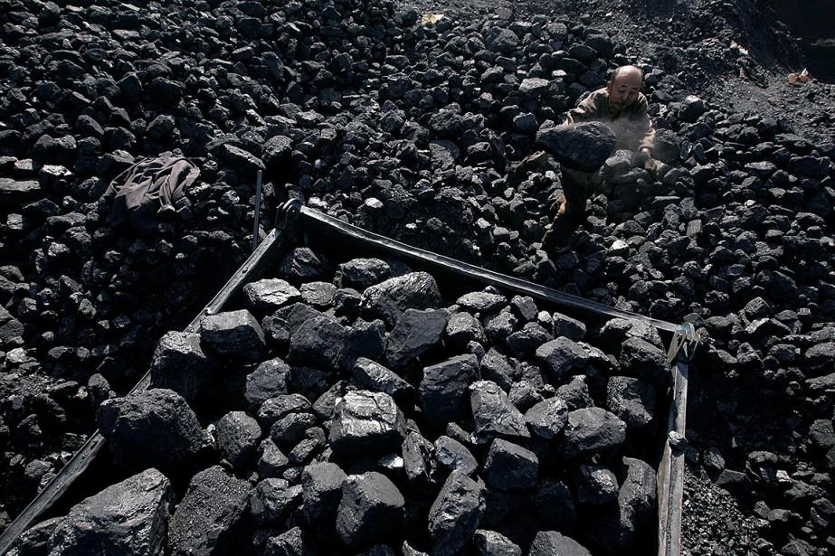 Un ouvrier charge le charbon d'une mine dans... (REUTERS)