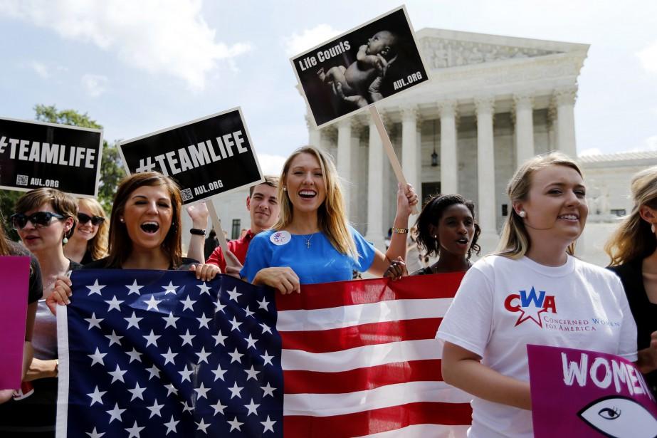 Des manifestations anti-avortement ont régulièrement lieu devant la... (PHOTO REUTERS)