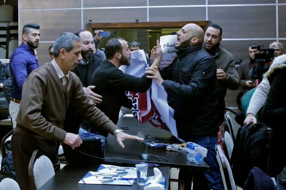 Des manifestants sont entrés dans la pièce où... (Photo Musa AL SHAER, AFP)