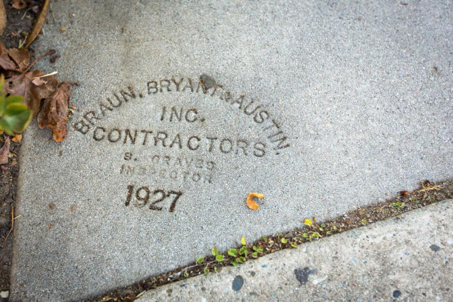 Sur plusieurs escaliers, on peut encore voir l'estampe du contracteur, ici Braun, Bryant&Austin, sur un escalier construit en 1927. | 30 janvier 2018
