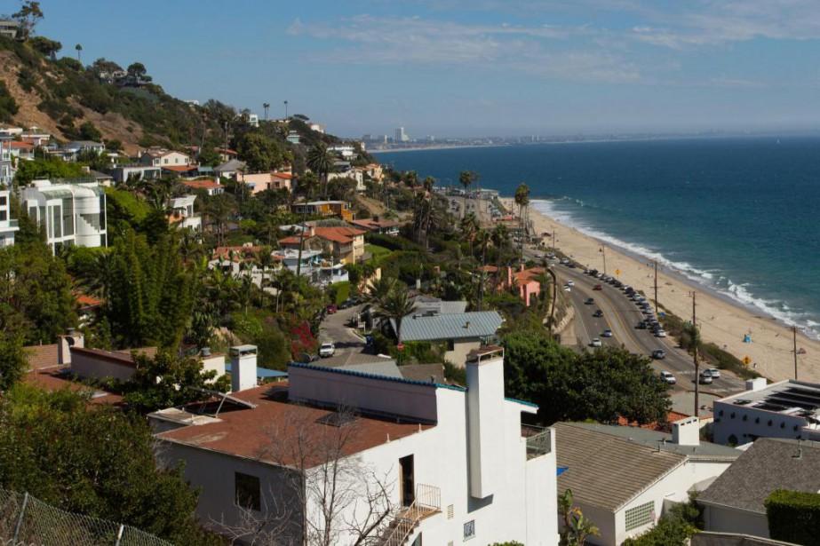 Au gré du chemin, les randonneurs peuvent en profiter pour admirer plusieurs points de vue sur Malibu et le centre-ville de Los Angeles, au loin. (PHOTO OLIVIER JEAN, LA PRESSE)