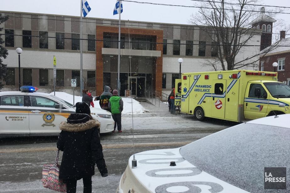 Les deux hommes ont été transportés à l'hôpital... (Photo Félix-Antoine Parent, station CHGA-FM 97,3)