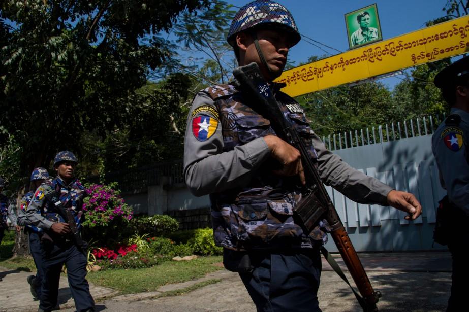 Des policiers surveillent l'entréede la villa d'Aung San... (AFP)