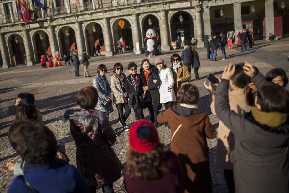 Des touristes prennent la pose à Madrid.... (Photo archives AP)