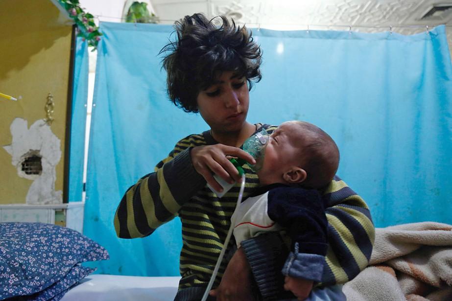 Une jeune fille applique un masque à oxygène... (PHOTO HASAN MOHAMED, ARCHIVES AGENCE FRANCE-PRESSE)