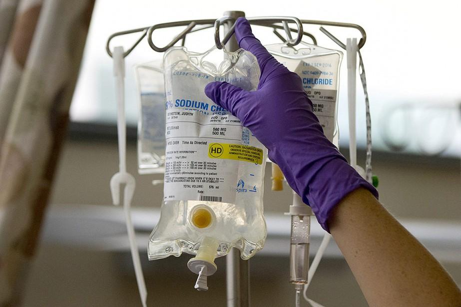 Sur cette photo, une infirmière installe des solutés... (Matt Rourke, archives AP)