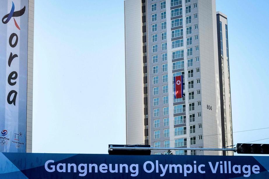 Un drapeau nord-coréen a été accroché à une... (PHOTO MLADEN ANTONOV, AGENCE FRANCE-PRESSE)