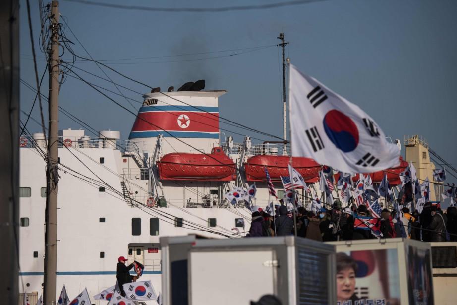 Des centaines de Sud-Coréens en colère ont manifesté... (Photo Ed JONES, AFP)