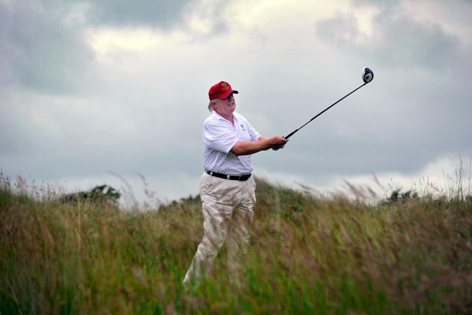 Donald Trump lors d'une partie de golf à... (PHOTO ANDY BUCHANAN, ARCHIVES AGENCE FRANCE-PRESSE)
