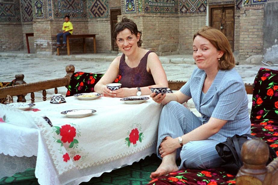 Des touristes prennent le thé au centre-ville de... (Photo AFP)