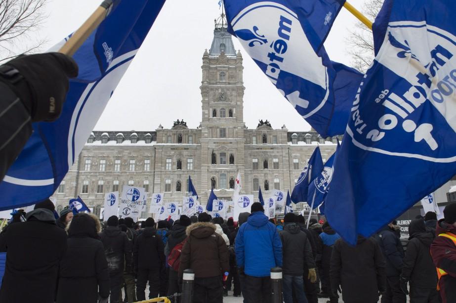 Environ 200 syndiqués ont protesté contre le lock-out... (PHOTO Jacques Boissinot, LA PRESSE CANADIENNE)