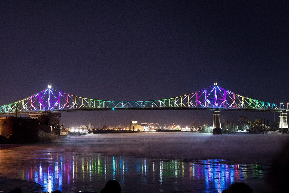 Le pont Jacques-Cartier illuminé... (Photo Graham Hughes, archives La Presse canadienne)