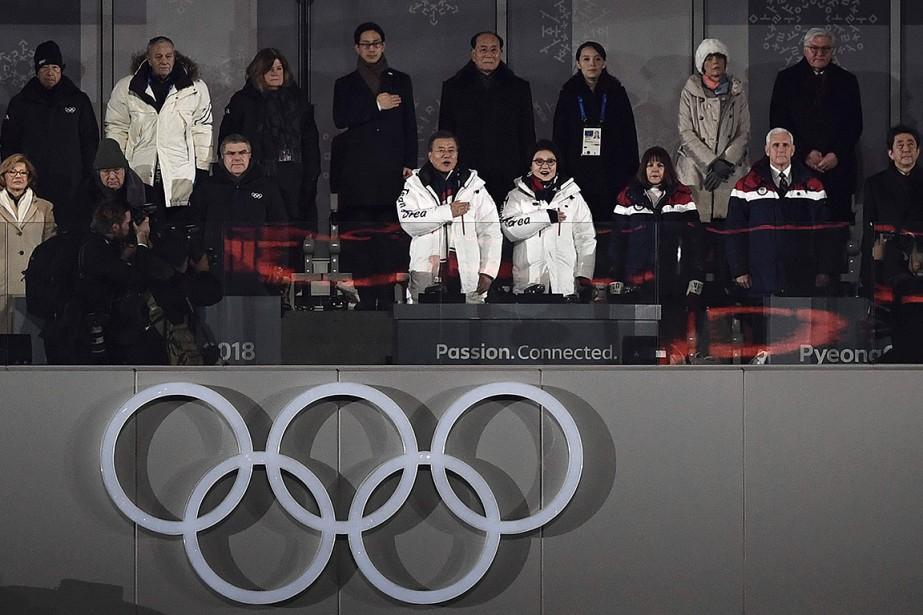 Le président de la Corée du Sud, Moon Jae-in, et son épouse, Kim Jung-Suk (tous deux à l'avant en blanc), chantent l'hymne national de leur pays.Des invités VIP sont près d'eux, dont la soeur du leader nord-coréen Kim Jong Un, Kim Yo Jong (3e à droite), le chef d'État de la Corée du Nord Kim Yong Nam (4e à droite), le vice-président américain Mike Pence (2e à droite) et le président du CIOThomas Bach (3e à gauche, en avant) | 9 février 2018