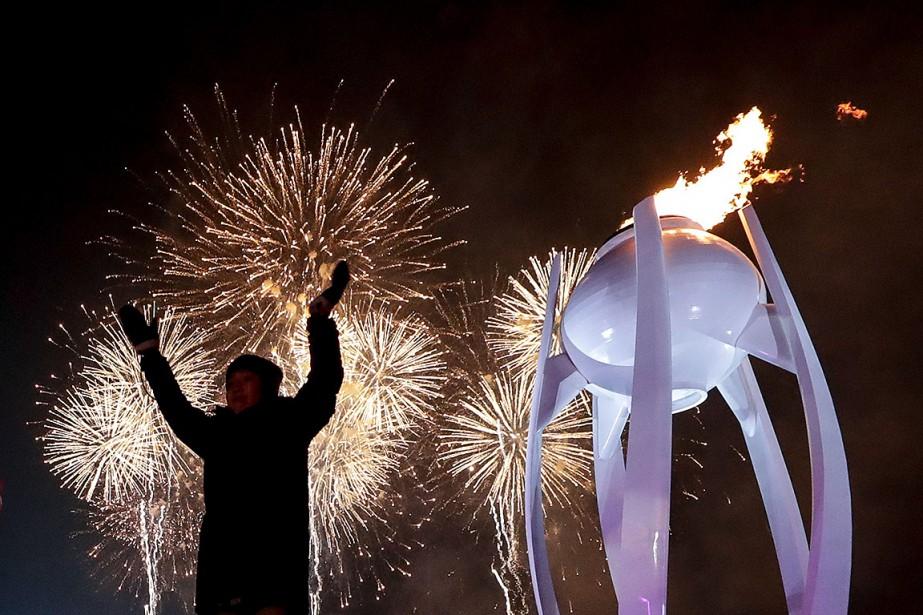 La flamme olympique a été allumée vers la fin de la cérémonie. | 9 février 2018