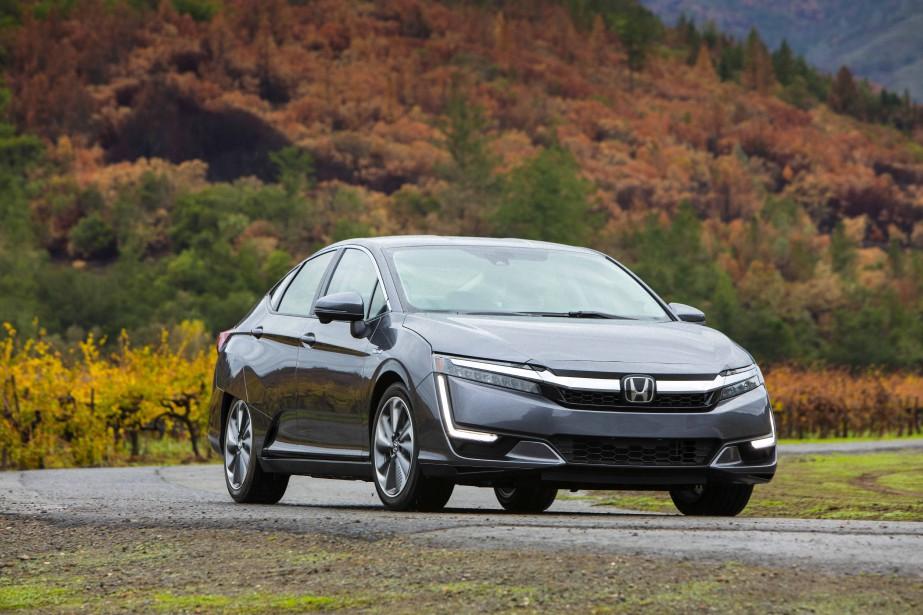 Honda a lancé un modèle qui ignore délibérément les codes jugés incontournables de la berline écologique. La Clarity n'est pas l'archétype de la «belle voiture» qui fait l'envie du voisinage. Beaucoup de gens vont détester cette auto anticonformiste, mais c'est précisément là-dessus que mise Honda, qui fait le pari de révéler «un besoin latent de différenciation» chez une minorité d'acheteurs souhaitant afficher leur attachement à l'environnement. (Toutes les photos : Honda)