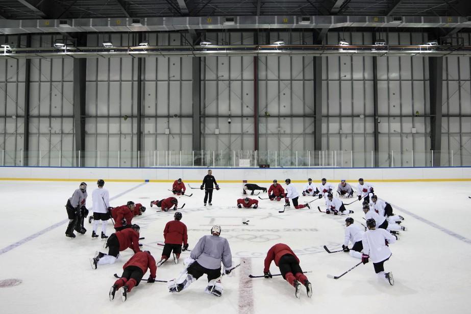 L'équipe olympique canadienne masculine de hockey s'est entraînée,... (Photo Felipe Dana, AP)
