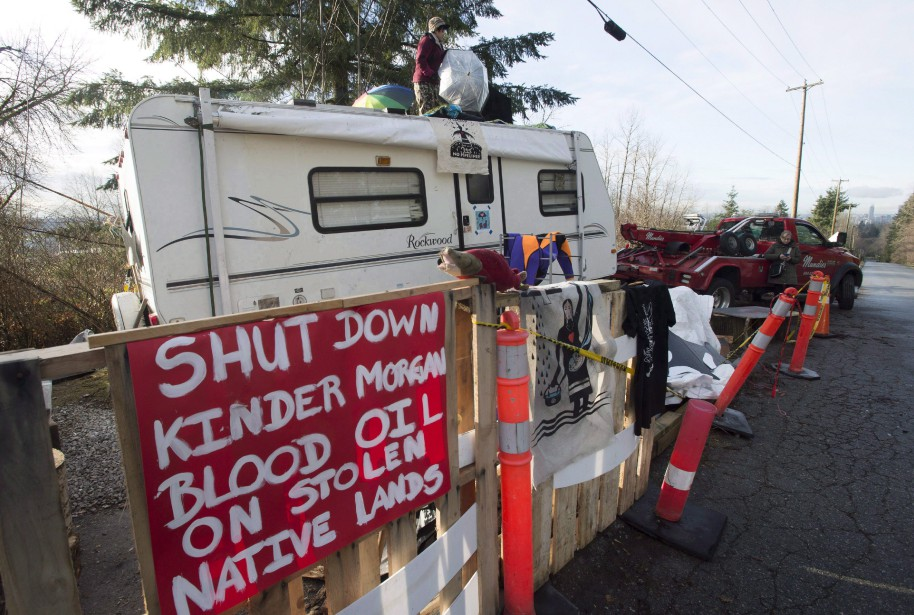Un opposant au projet d'expansion de l'oléoduc.... (Photo La Presse canadienne)