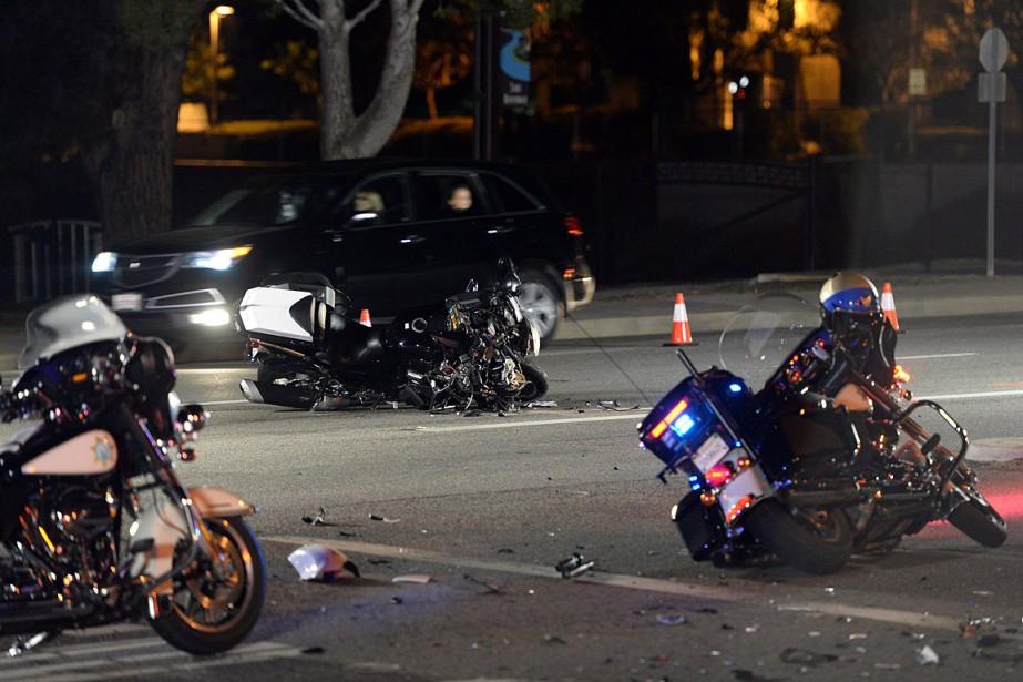 La moto d'un policier a embouti un véhicule... (PHOTO RYAN REMIORZ, LA PRESSE CANADIENNE)
