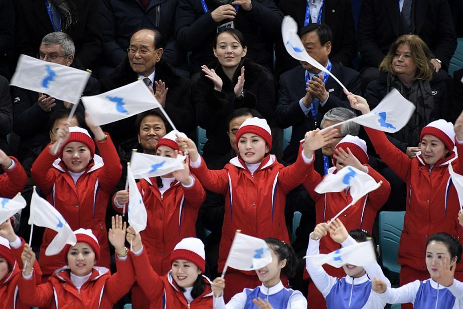 Kim Yo-jong (en haut au centre), la soeur... (PHOTO ED JONES, AGENCE FRANCE-PRESSE)