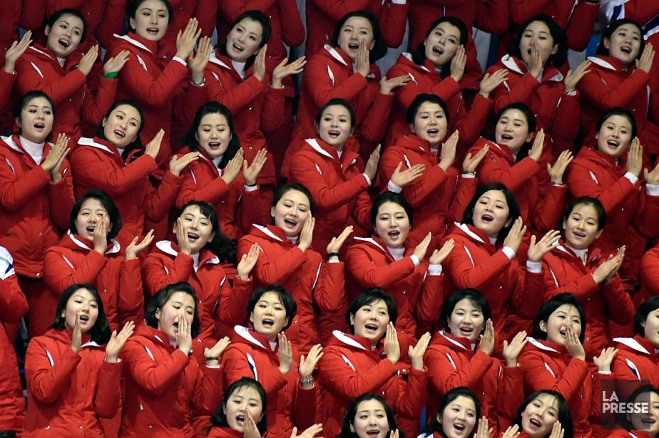 Les meneuses de claque nord-coréennes ont chanté, applaudi,... (PHOTO BERNARD BRAULT, LA PRESSE)