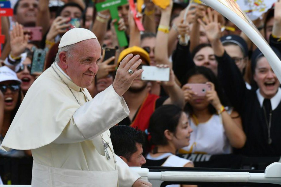 Le pape François est accueilli par une foule... (PHOTO VINCENZO PINTO, ARCHIVES AGENCE FRANCE-PRESSE)