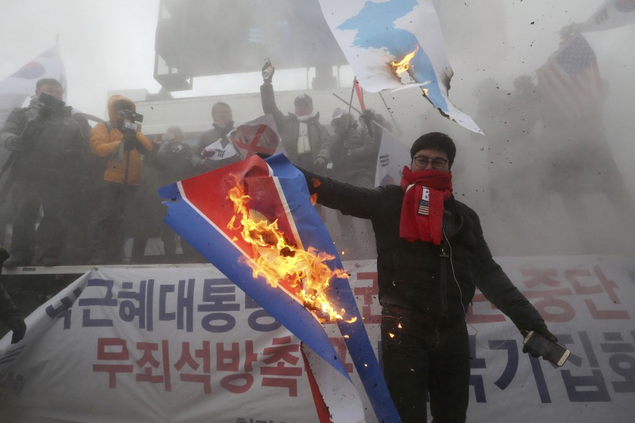 Certains manifestants ont mis le feu à un... (Photo Ahn Young-joon, Associated Press)