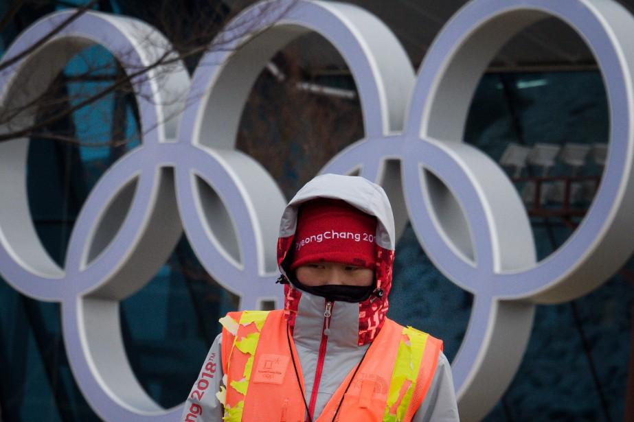 Un bénévole brave le froid sur un site... (Photo Fabrice Coffrini, Agence France-Presse)