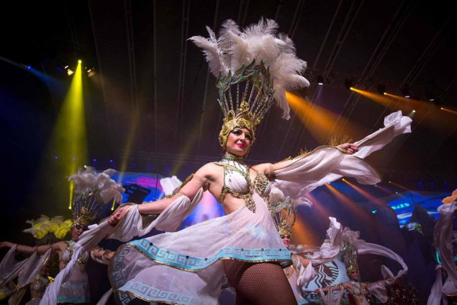 Des danseuses sont en pleine action au carnaval... (PhotoDésirée Martin, Agence France-Presse)
