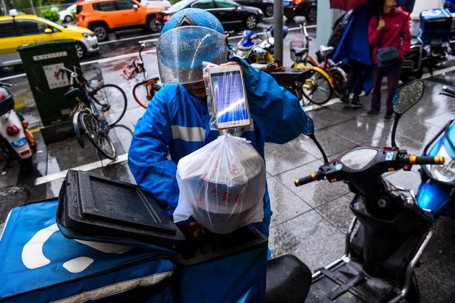 Juchés sur des scooters, en uniforme coloré, les... (AFP)