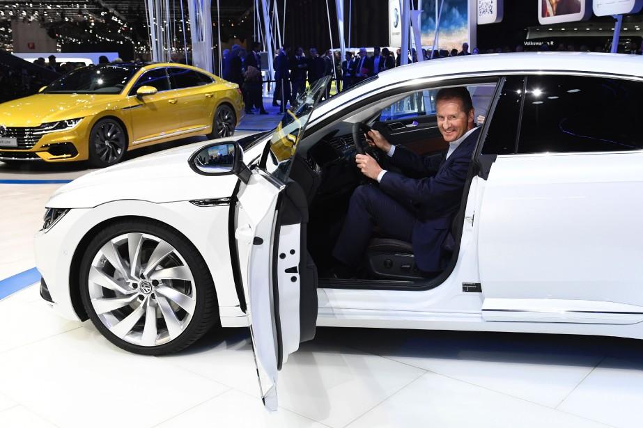 Herbert Diess, le patron de la marque Volkswagen, photographié au volant de l'Arteon(en configuration européenne), lors de son dévoilement mondial au Salon de l'auto de Genève le 17 mars 2017.   | 14 février 2018
