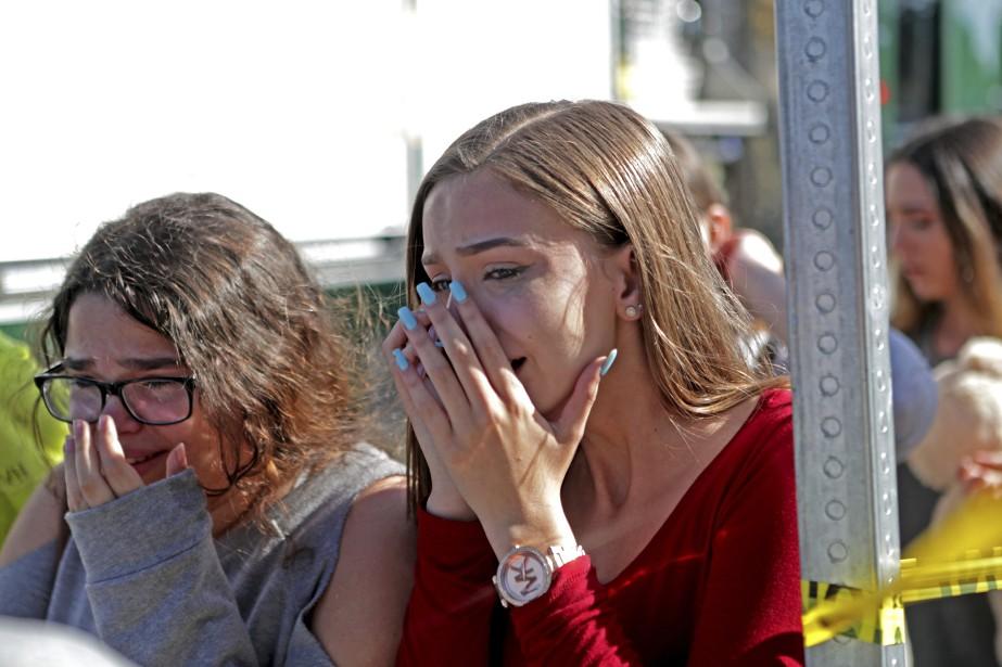 Des élèves pleurent après la fusillade de l'école... (Photo John McCall,South Florida Sun-Sentinel via AP)