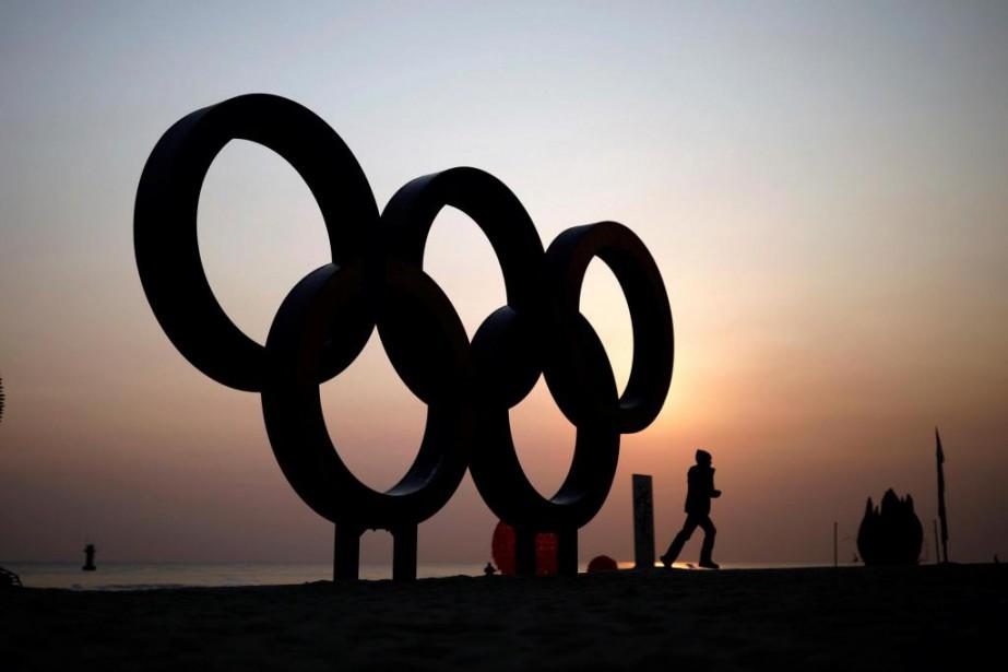 Des anneaux olympiques sont éclairés par le soleil... (Photo Kim Hong-Ji, Reuters)