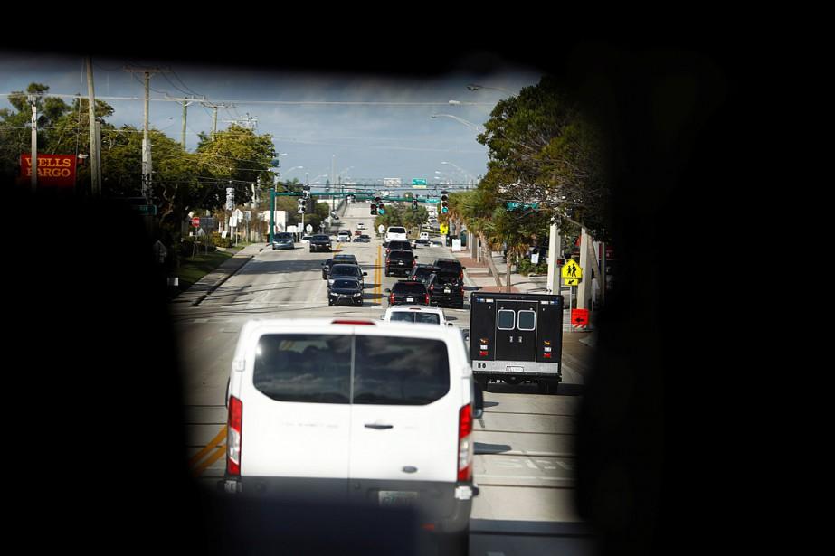 Le convoi du président Donald Trump en route... (PHOTO ERIC THAYER, REUTERS)