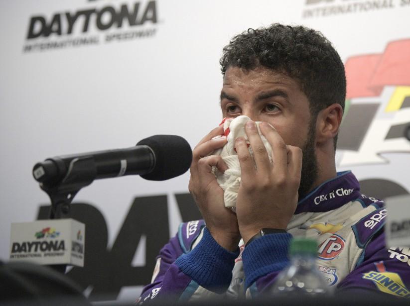 Darrell Wallace Jr s'adressant aux médias lors d'une conférence de presse émotionnelle après le Daytona 500. (AP)
