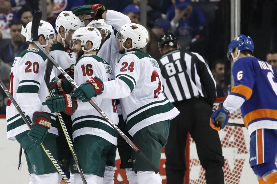 Les joueurs du Wild du Minnesota célèbrent après... (Photo Kathy Willens, AP)