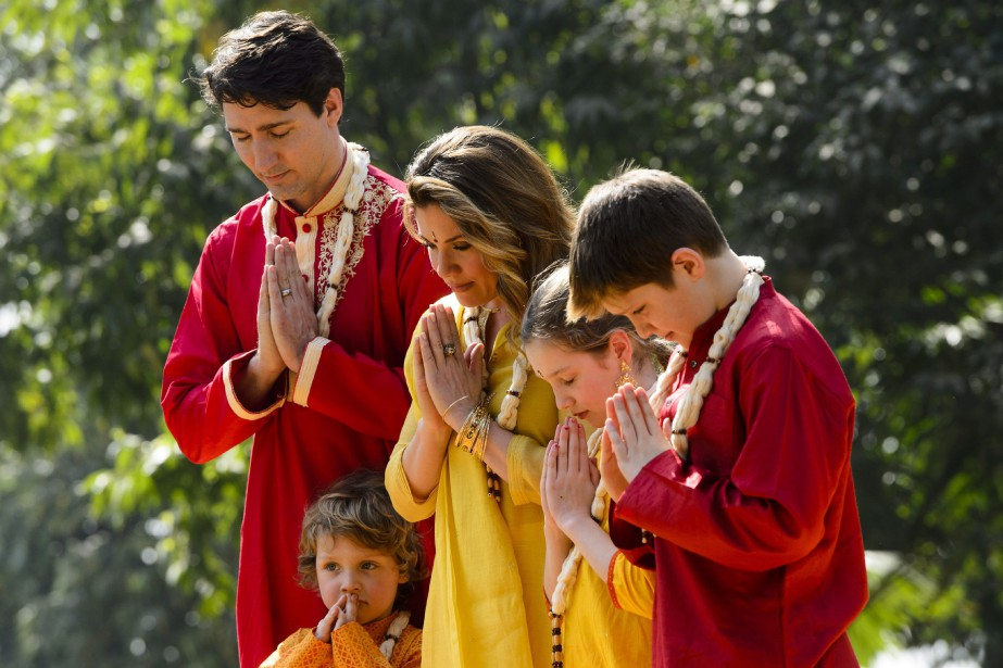 Justin Trudeau et sa famillese recueillent lors d'une... (PHOTO PC)