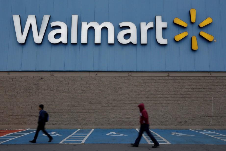 Le titre de Walmart chuitait de près de... (REUTERS)
