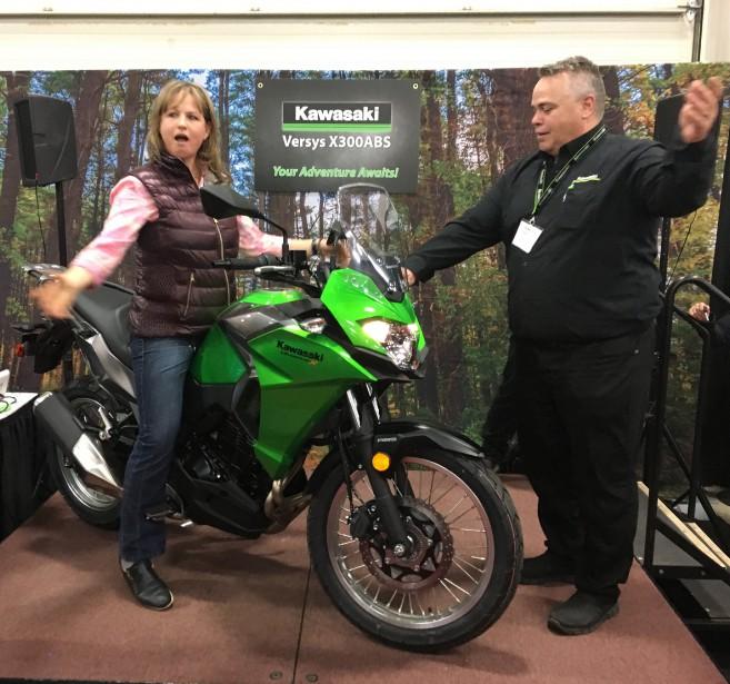 <strong>Les dames d'abord - </strong>Environ 15% des motocyclistes sont des femmes, un pourcentage en croissance. Sur le thème<em>Toutes en moto</em>, le salon organise plusieurs activités orientées vers les femmes. Par exemple, l'entrée leur est offerte à moitié prix le vendredi après 17h. Une Kawasaki Versys-X 300 toute neuve sera même tirée parmi elles! (Photo : Kate Rundle)